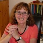 foto Marleen, oranje shirt woonkamer
